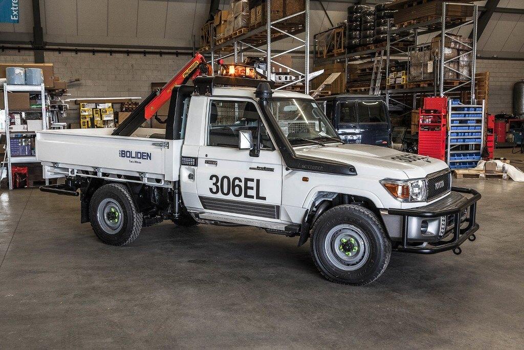 Land Cruiser crane conversion for mining
